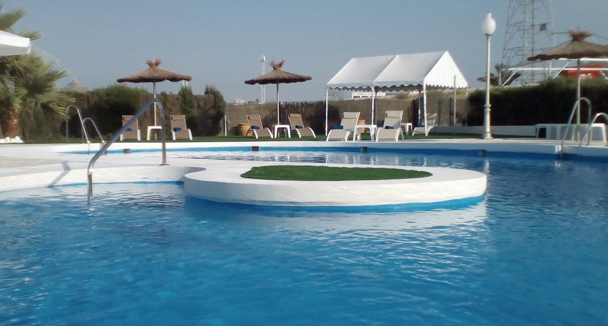 Relájese y refrésquese junto a nuestra espectacular piscina con su familia CUANDO SE ALOJA EN AVENT VERAHOTEL